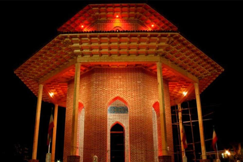 آرامگاه میرزا کوچک خان جنگلیهمانطور که گفته شد، آرامگاه میرزا کوچک خان جنگلی در شهر رشت قرار گرفته است. این آرامگاه یکی از مکانهای مورد احترام در میان ایرانیان شناخته میشود. این آرامگاه به شکل یک هشت ضلعی منظم ساخته شده است. در اطراف قبر میرزا کوچک خان جنگلی، مجاهدان جنگلی که نام هر یک از آنها روی سنگ قبرشان حک شده، دفن شدهاند. همچنین مزار شاعر گیلانی محبوب، شیون فومنی هم در کنار مزار میرزا کوچک خان در این آرامگاه قرار گرفته است.
