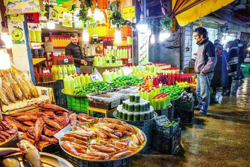 جاهای دیدنی رشت بازار بزرگبخش مهمی از شناخت یک منطقه، به شناخت فرهنگ مردمان آن بستگی دارد. بازار بزرگ رشت یکی از بازارهای قدیمی و جاهای دیدنی رشت است که علاوه بر اینکه زیباییهای دیدنی دارد، باعث میشود تا شما با فرهنگ عامه مردم این شهر نیز آشنا شوید. این بازار بزرگ در مرکز این شهر قرار گرفته و مساحت آن بیش از 24 هکتار است. بازار رشت، یکی از مکانهای تاریخی این شهر نیز شناخته میشود. در این بازار میدان بزرگ، میدان کوچک، چهارسوقها و کاروانسراهای بسیار قدیمی وجود دارند. 14 کاروانسرای بازار بزرگ رشت در دوران قاجار و دوران پهلوی ساخته شدهاند و معماری این کاروانسراها یکی از جاذبههای گردشگری این بازار میباشد.