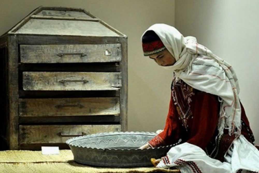 موزه گنجینه رشتموزه گنجینه رشت در گذشته خانه میرزا حسین خان کسمائی، آزادیخواه و روزنامهنگار گیلانی، بوده است. این موزه یکی دیگر از جاهای دیدنی رشت است که در آن مجموعهی جامهای چندهزار ساله در اختیار بازدید عموم قرار گرفته است. همچنین در این موزه صحنههایی از سبک زندگی روستائیان بازسازی شده است تا بازدیدکنندگان بهتر و بیشتر با فرهنگ و سبک زندگی گیلکیها آشنا شوند. این موزه در مرکز شهر رشت و در خیابان طالقانی (بیستون) نزدیک سبزه میدان قرار گرفته است.