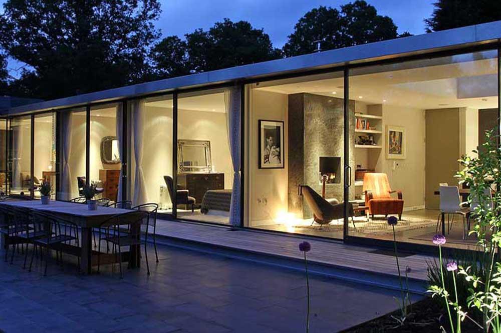 دیوارهای شیشه ای ویلا مدرن